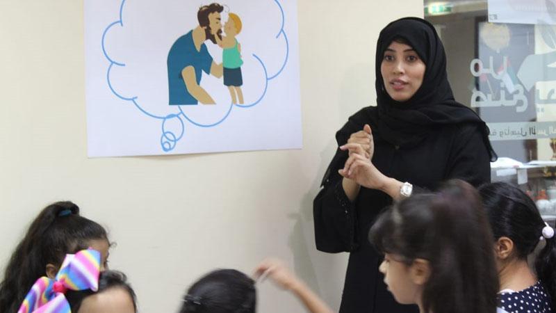المدربة زينب أثناء مشاركتها للأطفال في الشرح والتقديم