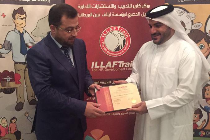 الدكتور محمد بدره وتوزيع الشهادات على المتدربين
