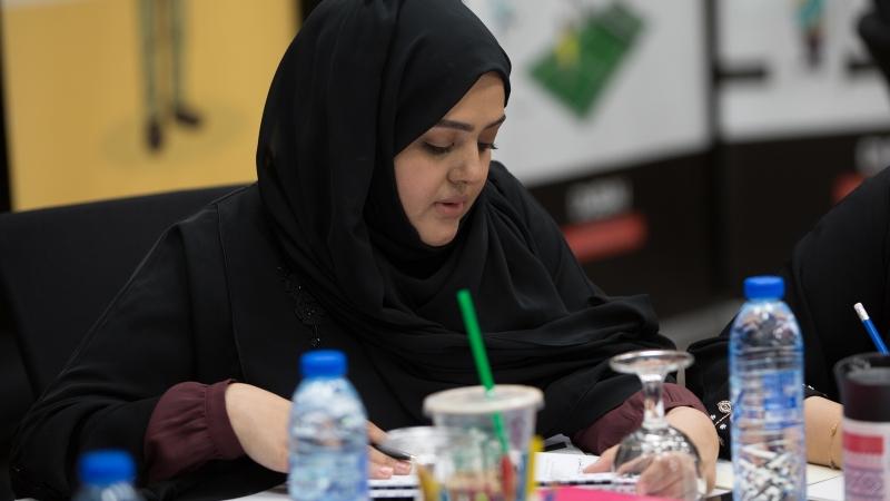 تقسيم المتدربون إلى مجموعات عمل تقوم بتنفيذ التمرينات والدكتور محمد يشرف على أحد العروض