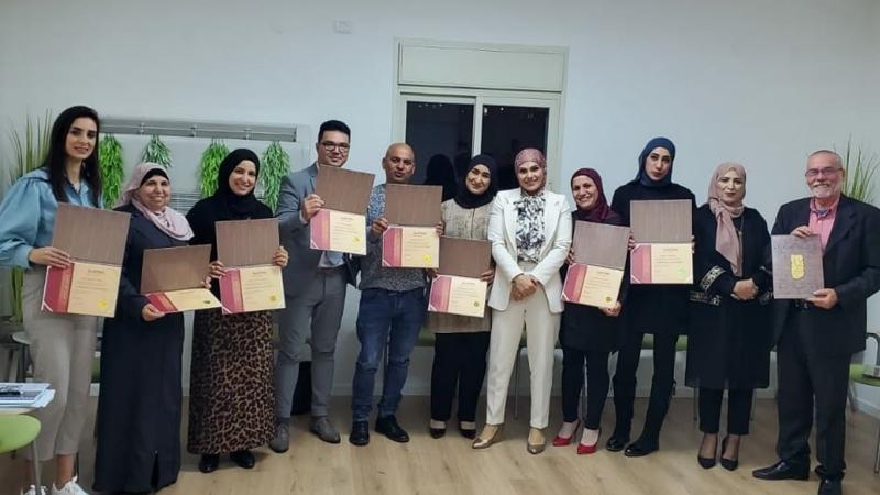 المدربة الممارسة سهى أبو رومي تختتم دورة تطوير المهارات القيادية