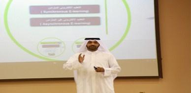 الكويت - الدسمة: محاضرة للمدرب طلال المغربي حول أنظمة التعليم الإلكتروني