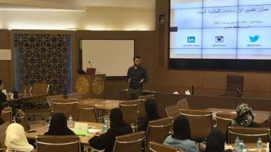 """المدرب عبد الله حارس في ورشة عمل بعنوان """"تقديم  الإرشادات"""" على مدرجات جامعة قطر"""