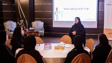 المدربة جواهر المانع بالتعاون مع مؤسسة بيوت الشباب القطرية في دورة مهارات التواصل مع الوفود السياحية