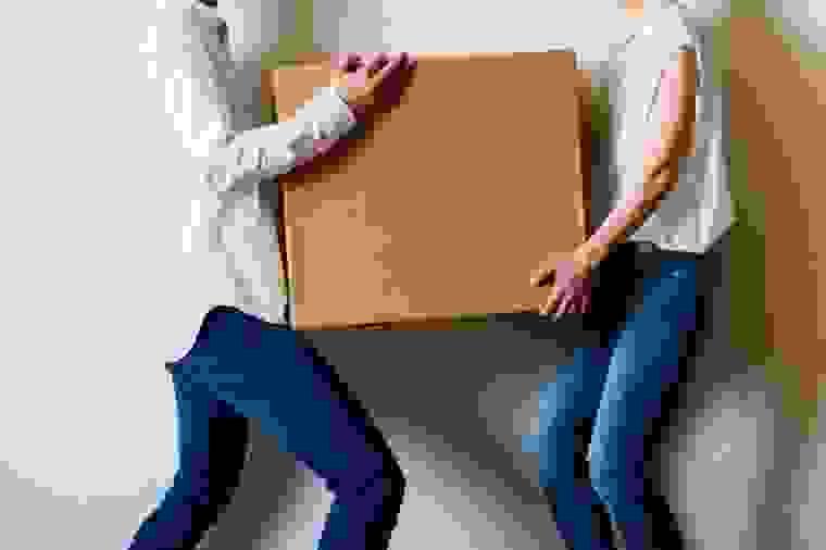 1- الإحساس بالألم أثناء الانحناء أو حمل الأشياء الثقيلة: