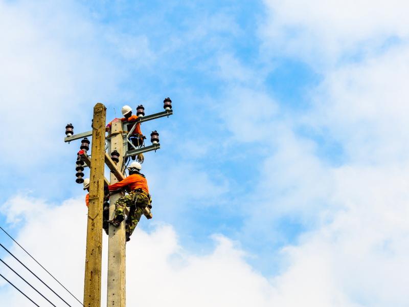 عمَّال تركيب خطوط الطاقة الكهربائية وصيانتها