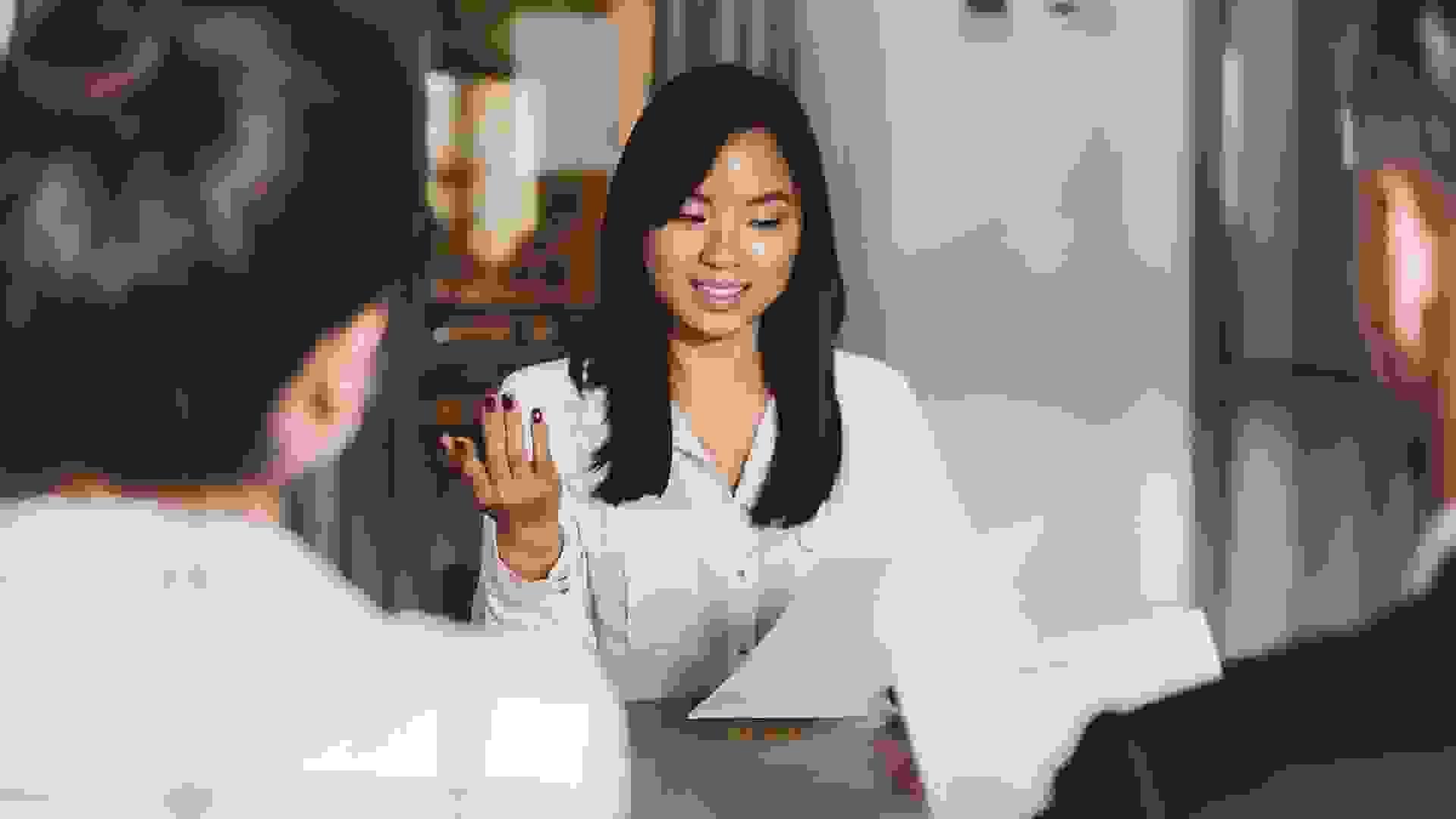 التواصل مع الشخص المسؤول عن إجراء المقابلة