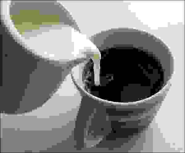 يجب إضافة القهوة إلى الحليب وليس الحليب إلى القهوة