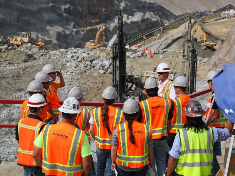 المهندسين المدنيين الذين يعملون في شركات الطاقة المتجددة