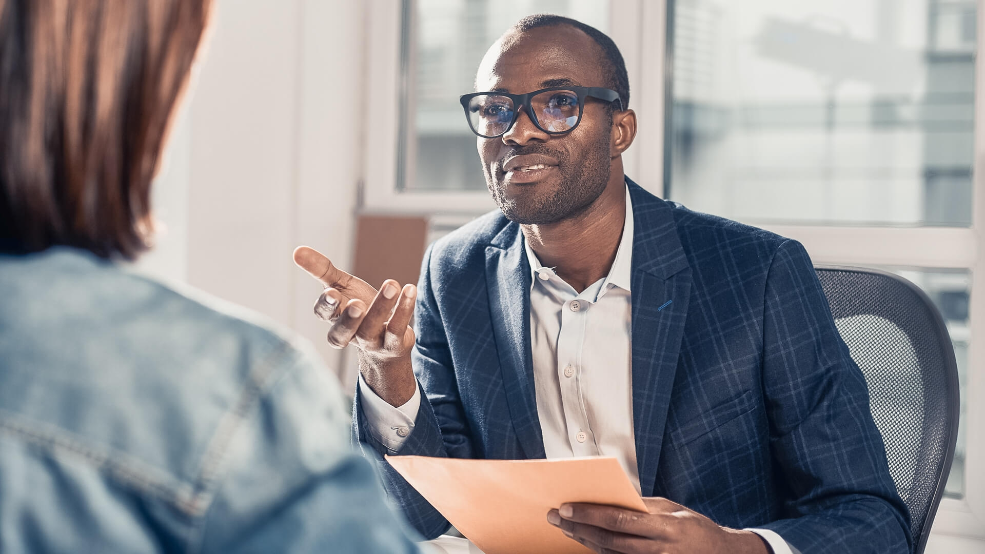انتقاء أسئلة تعكس فهم المرشح طبيعة العمل وطرحها أثناء المقابلة