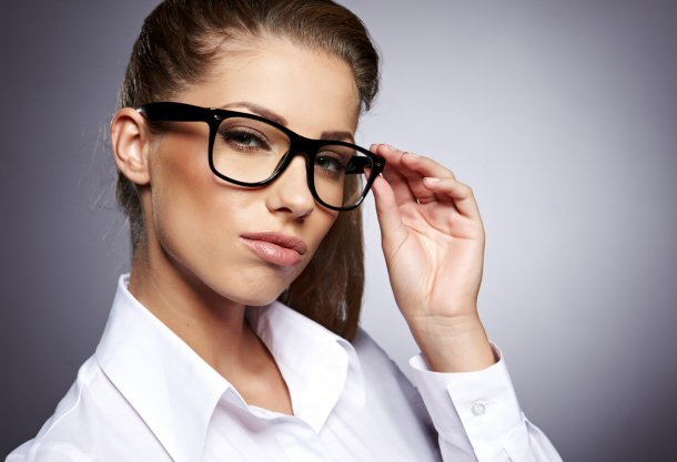 امرأة ترتدي النظارات