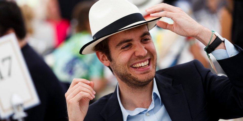 رجل يرتدي قبعة