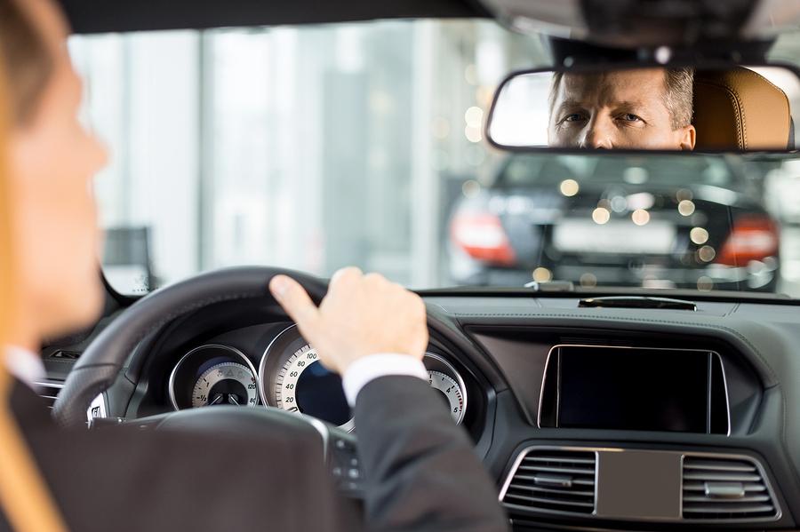 سائق وسيارة